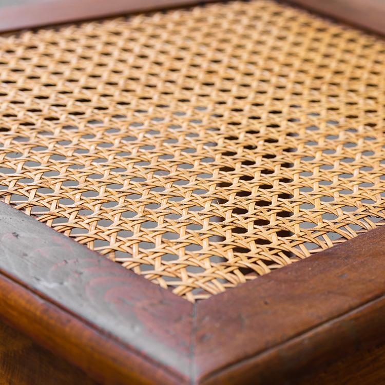 Stoelen matten en ze weer voorzien van nieuwe rieten matten